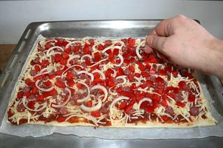 09 - Add sliced onion / Zwiebelspalten auf Pizza verteilen