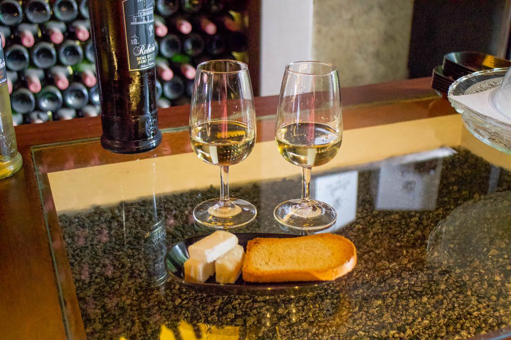 Cata de vino y quesos en Bodegas Rubicon en La Geria