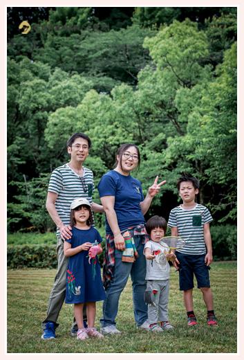 家族写真のロケーション撮影 5人家族 カジュアルな服装で