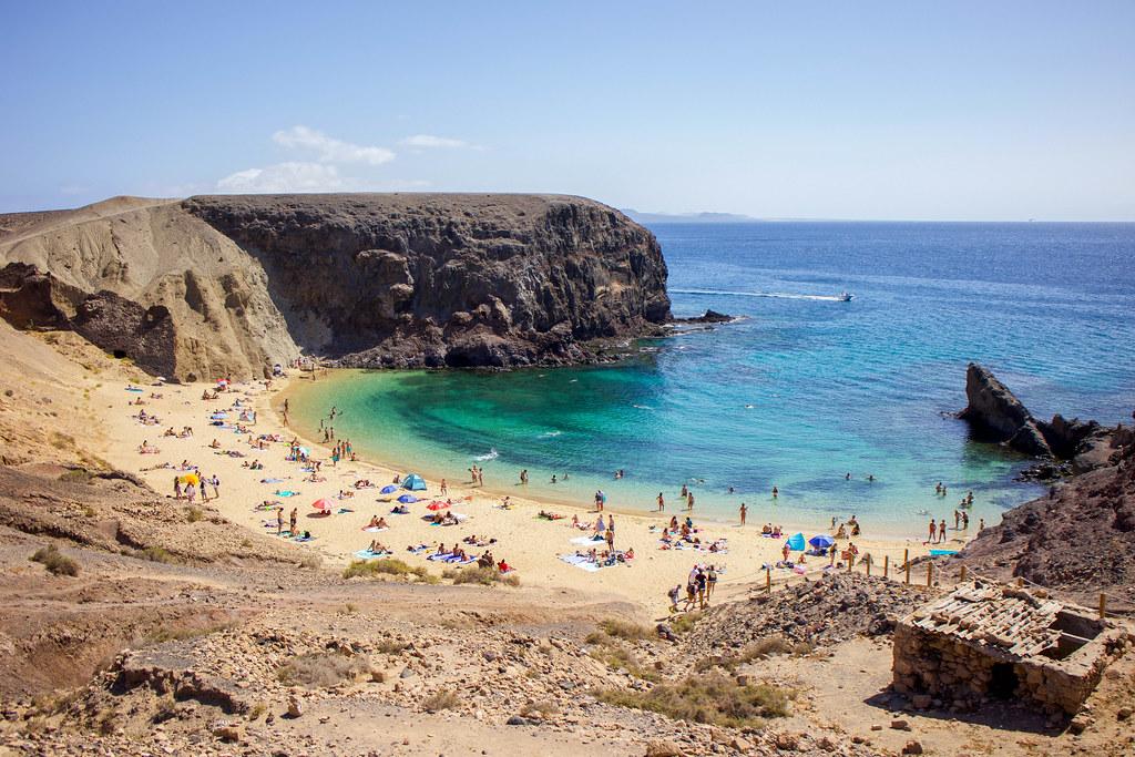 Playa Papagayo vista desde la montaña en Lanzarote