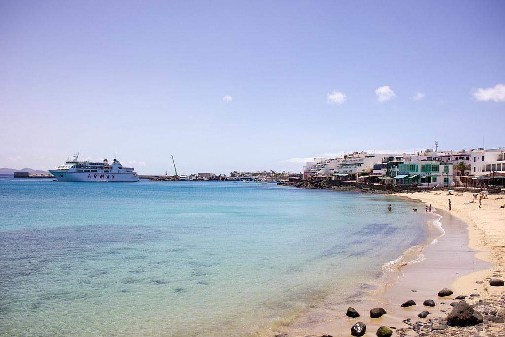 Barco Armas junto a la playa de Playa Blanca en Lanzarote