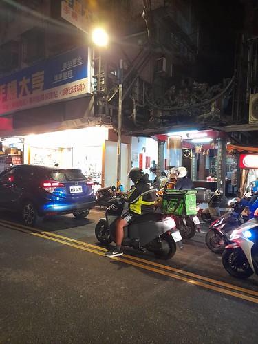 圖01-穿梭於大街小巷的外送員隨處可見,停等紅綠燈時他們往往低著頭察看手機上平台程式的配送訊息。