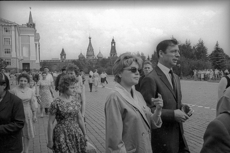 11. Ив Монтан и Симона Синьоре в Кремле