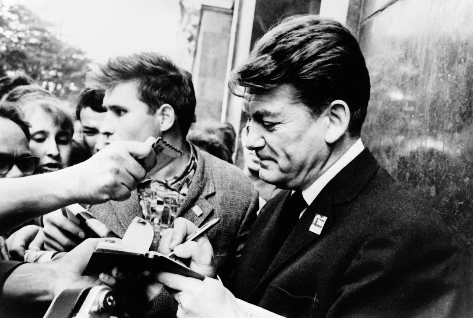 02. Жан Марэ раздает автографы для своих советских поклонников во время Международного кинофестиваля