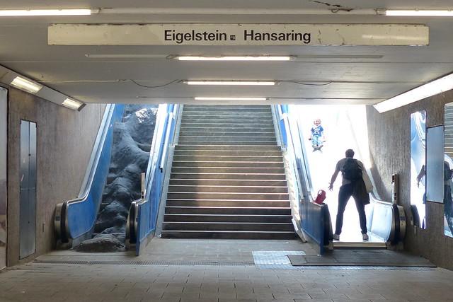 Kinderrutsche statt Rolltreppe (rechts).