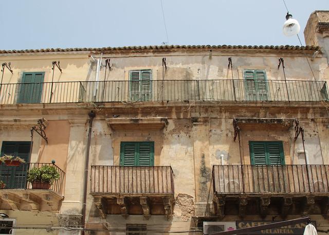 Noto - palazzi e balconi