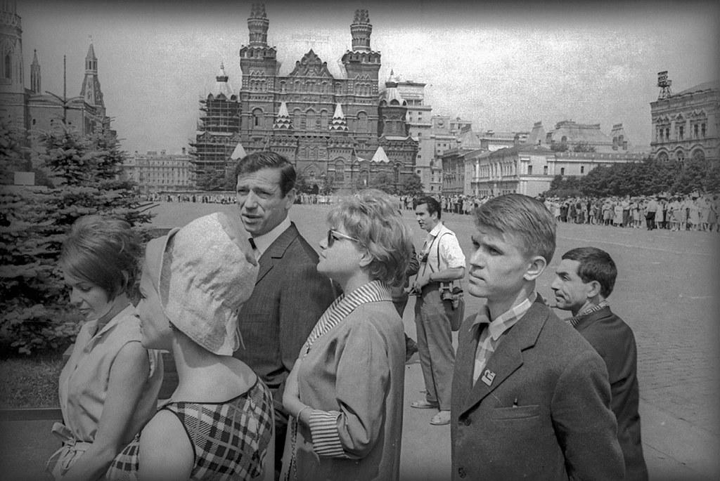 15. Ив Монтан и Симона Синьоре на Красной площади. Очередь к Ленину
