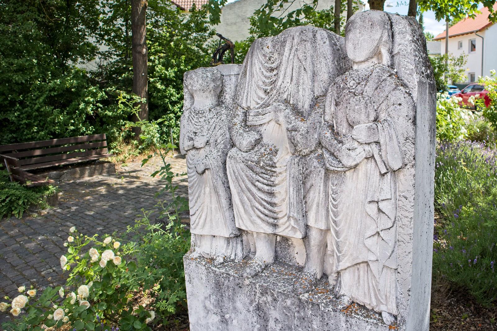 Keltisch-Römischer Grabstein in Selzen (Kopie, Original im Landesmuseum Mainz)