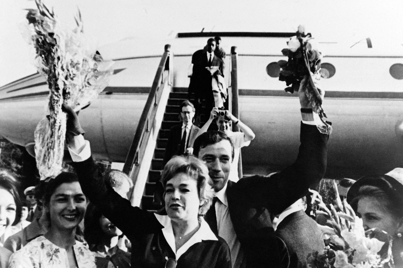 07. Симона Синьоре и Ив Монтан прибывают в аэропорт Москвы из Парижа для участия в Московском международном кинофестивале