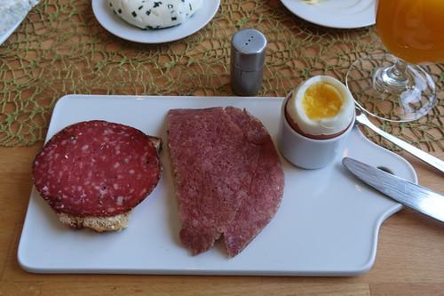 Mettwurst mit Pfefferrand und Corned Beef auf Quark-Buttermilch-Brot zum Frühstücksei