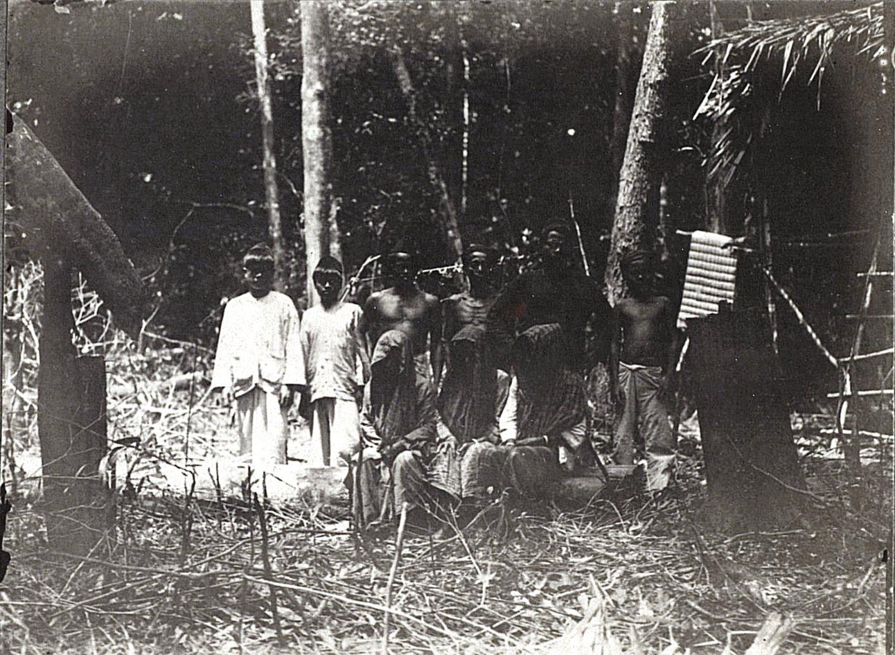 Группа жителей кампонга. Суматра