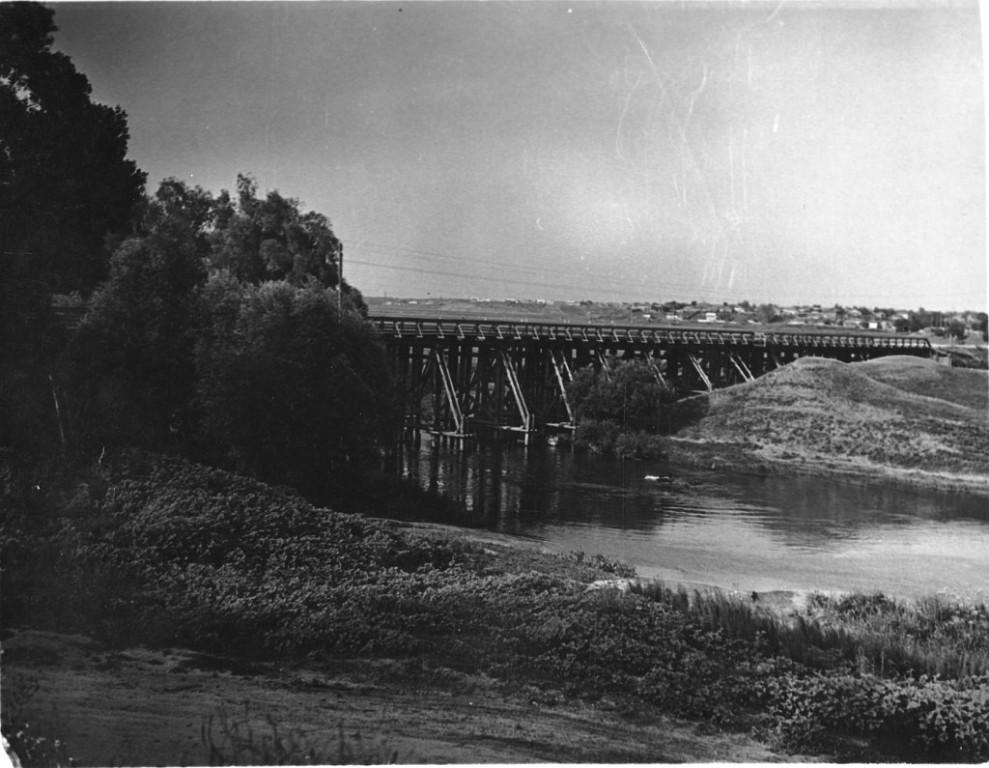 Красный мост на реке Вороне