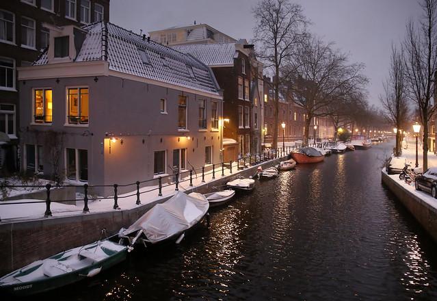 Beautiful canal light on the wintry Lijnbaansgracht