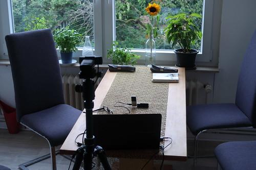 Kochen mit Freunden per Videokonferenz (Laptop 2 mit Blick auf Tisch)