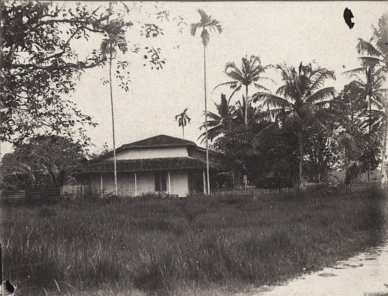 Дом Оскара Иона в Сиаке, вид сбоку. Суматра