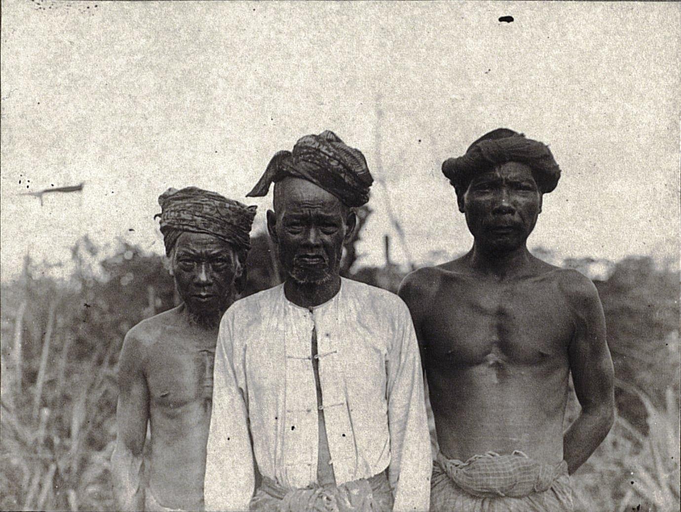 Группа мужчин (батины). Суматра