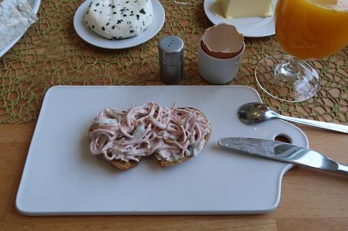 Fleischsalat auf Quark-Buttermilch-Brot