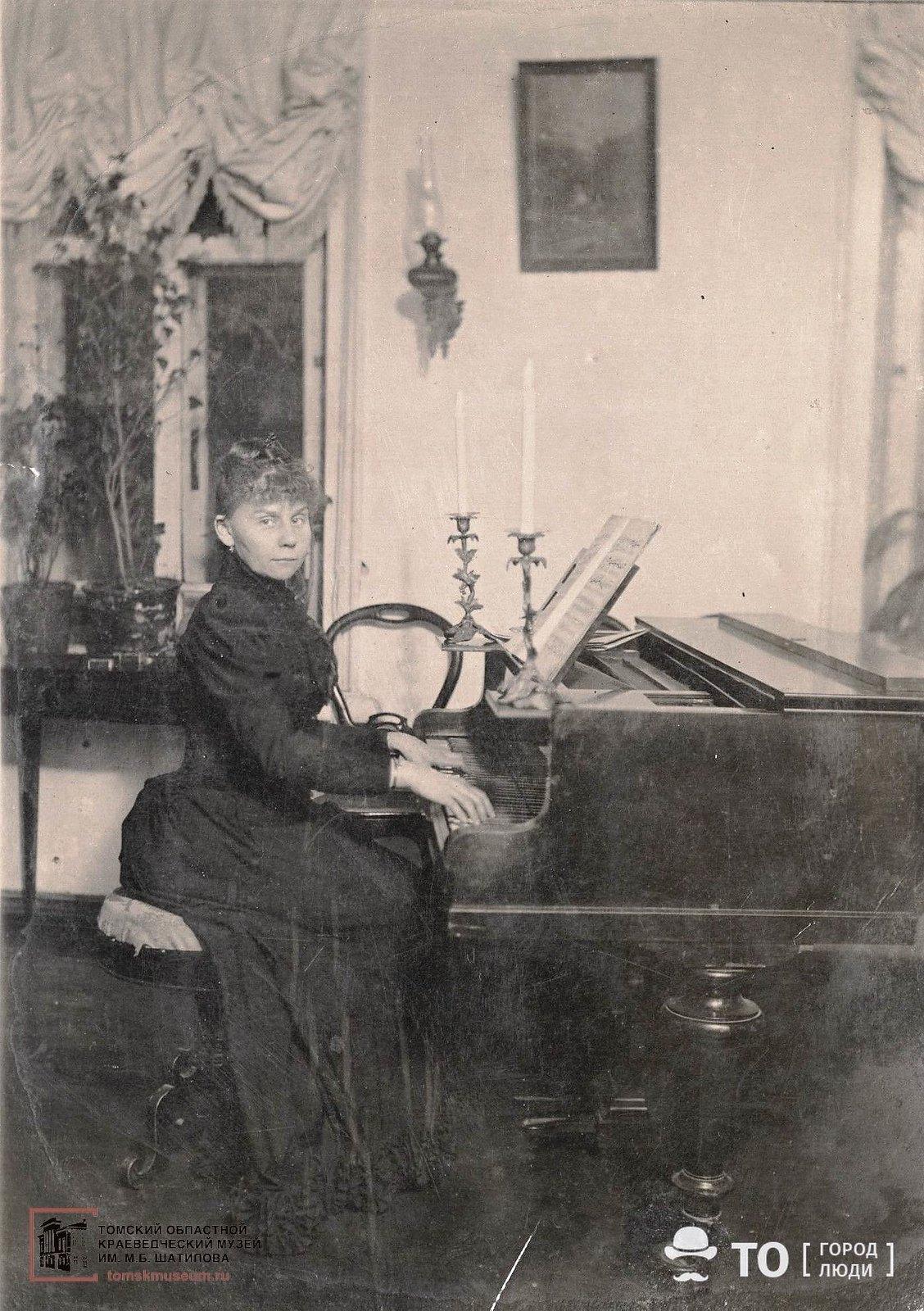За роялем [кон. XIX в.]