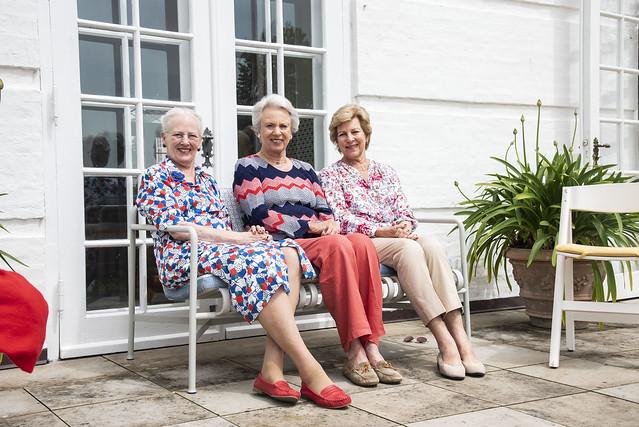 Koningin Margrethe van Denemarken, Douairière Vorstin Benedikte van Sayn-Wittgenstein-Berleburg en Koningin Anne-Marie van Denemarken vieren vakantie in Graasten Slot (2021)