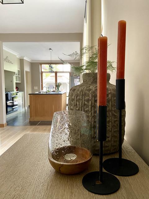 Landelijke keuken met eiland oranje kaarsen windlicht bubbelglas