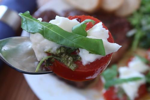 Bissen von den Mozzarella-Tomaten