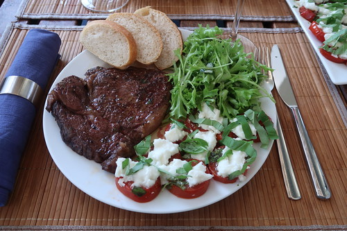 Entrecôte mit frisch gebackenem Ciabatta, grünem Salat und Mozzarella-Tomaten  aus San-Marzano-Tomaten (mein Teller)
