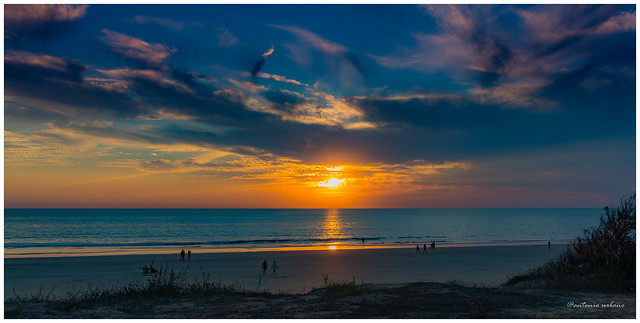 Concurrida puesta de sol con luces anaranjadas y azules //Busy sunset with orange and blue lights