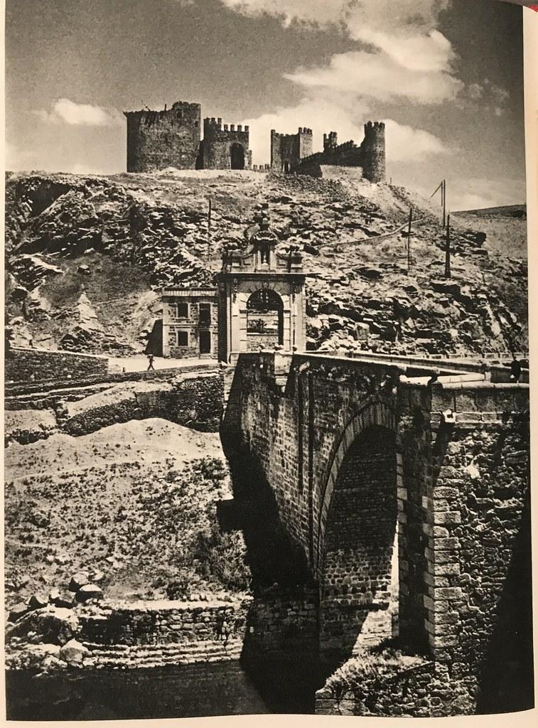 Puente de Alcántara y Castillo de San Servando a finales de los años 40. Foto de Afrodisio Aguado