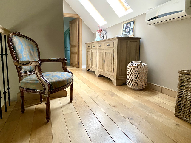 Klassieke fauteuil overloop pastorijwoning windlicht rotan houten kast airco overloop