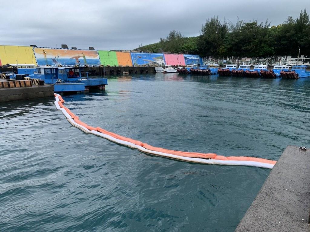 「622中油漏油事故 相關單位緊急應變不力?」線上記者會。墾丁山海漁港鋪設2道吸油棉索圍堵油污。照片提供:海保署