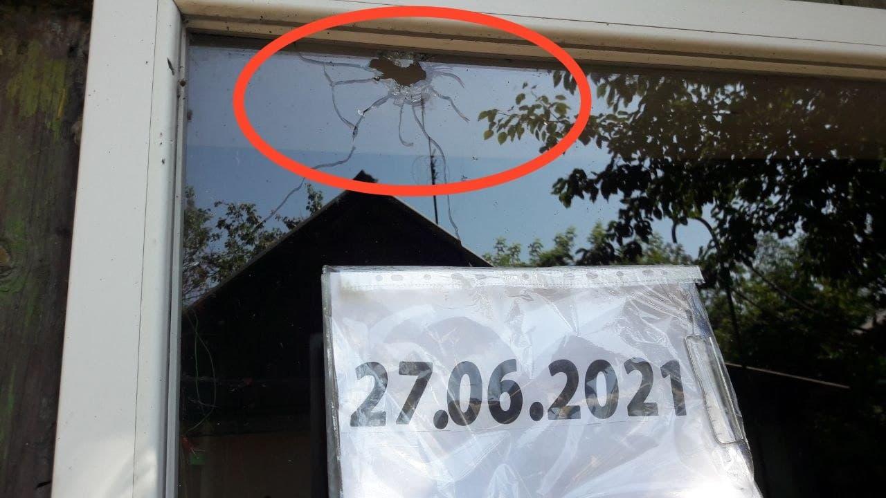 Fenêtre endommagée à Gorlovka où une civile a été blessée suite aux tirs de l'armée ukrainienne