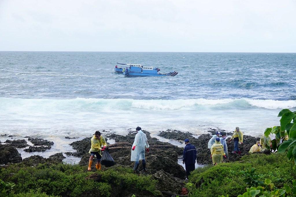 「622中油漏油事故 相關單位緊急應變不力?」線上記者會。海面與岸際同步執行清污作業。照片提供:海保署