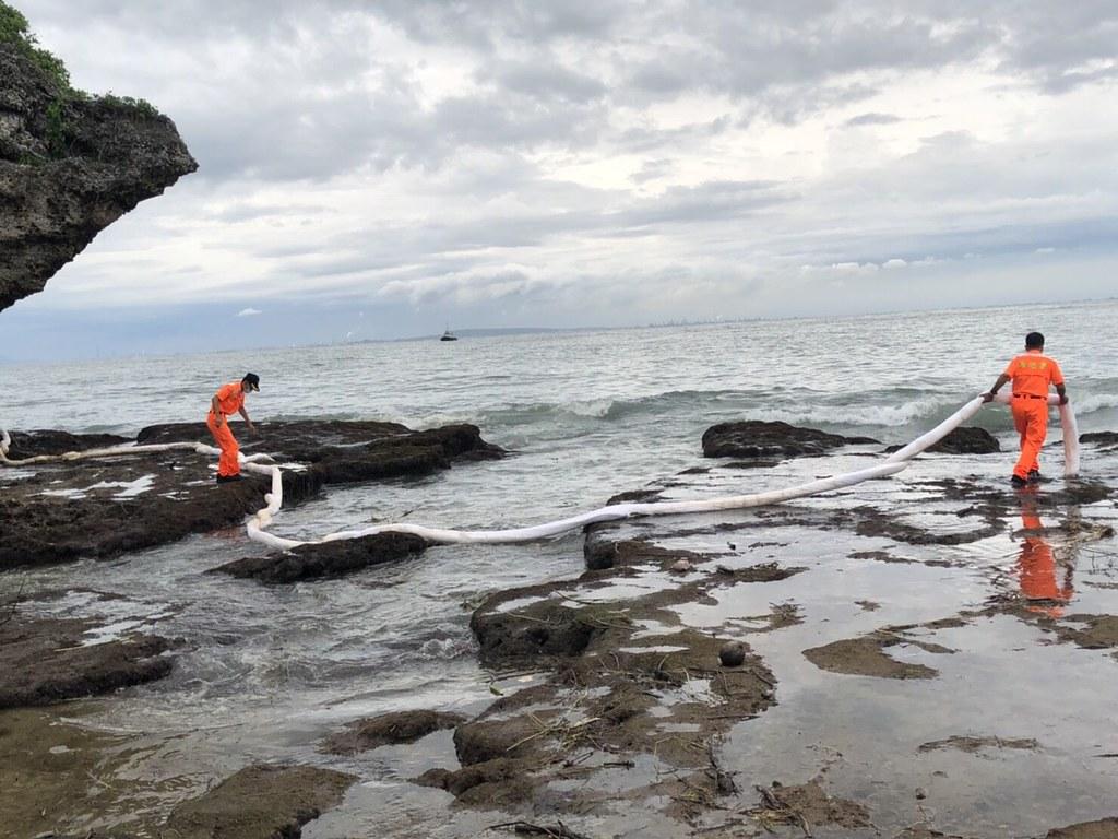 「622中油漏油事故 相關單位緊急應變不力?」線上記者會。海巡署小琉球安檢所現場拉起吸油棉索清理油污。照片提供:海保署