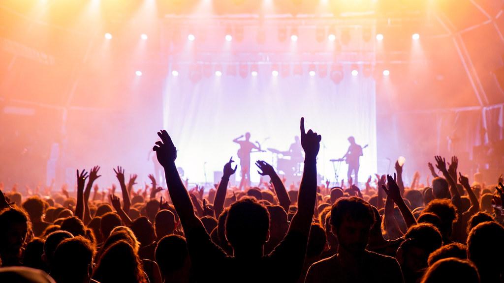 摇滚音乐会上的人群