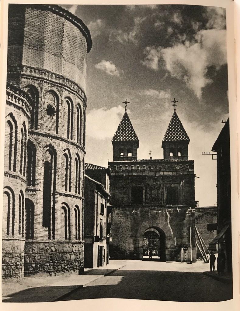 Santiago del Arrabal y Puerta de Bisagra con puntales y andamios a finales de los años 40. Foto de Afrodisio Aguado