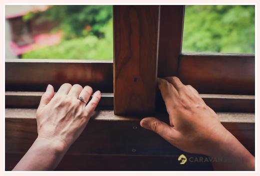 夫婦の手 昔の木造電車の中で