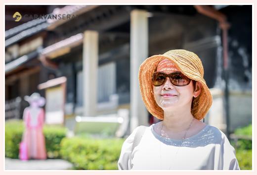 夏!麦わら帽子を被ってサングラスをした女性