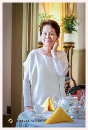家庭画報風の記念写真 60代女性