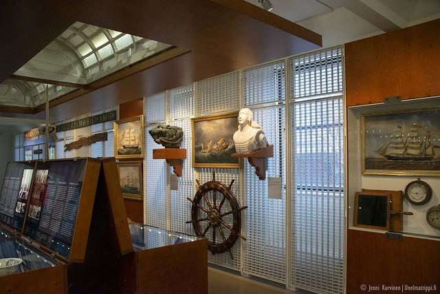 Ahvenanmaan Merenkulkumuseon esineitä ja vitriinejä