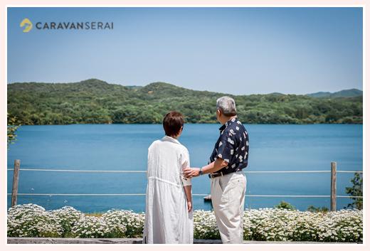 湖を眺める夫婦 後ろ姿