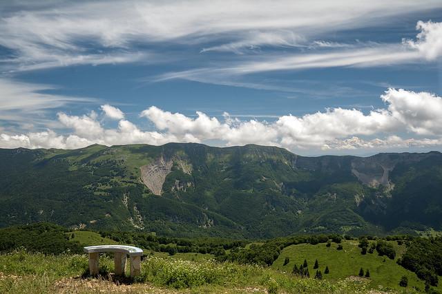 Vue sur les monts Jura et le mont blanc depuis le crêt de Châlam. Ain