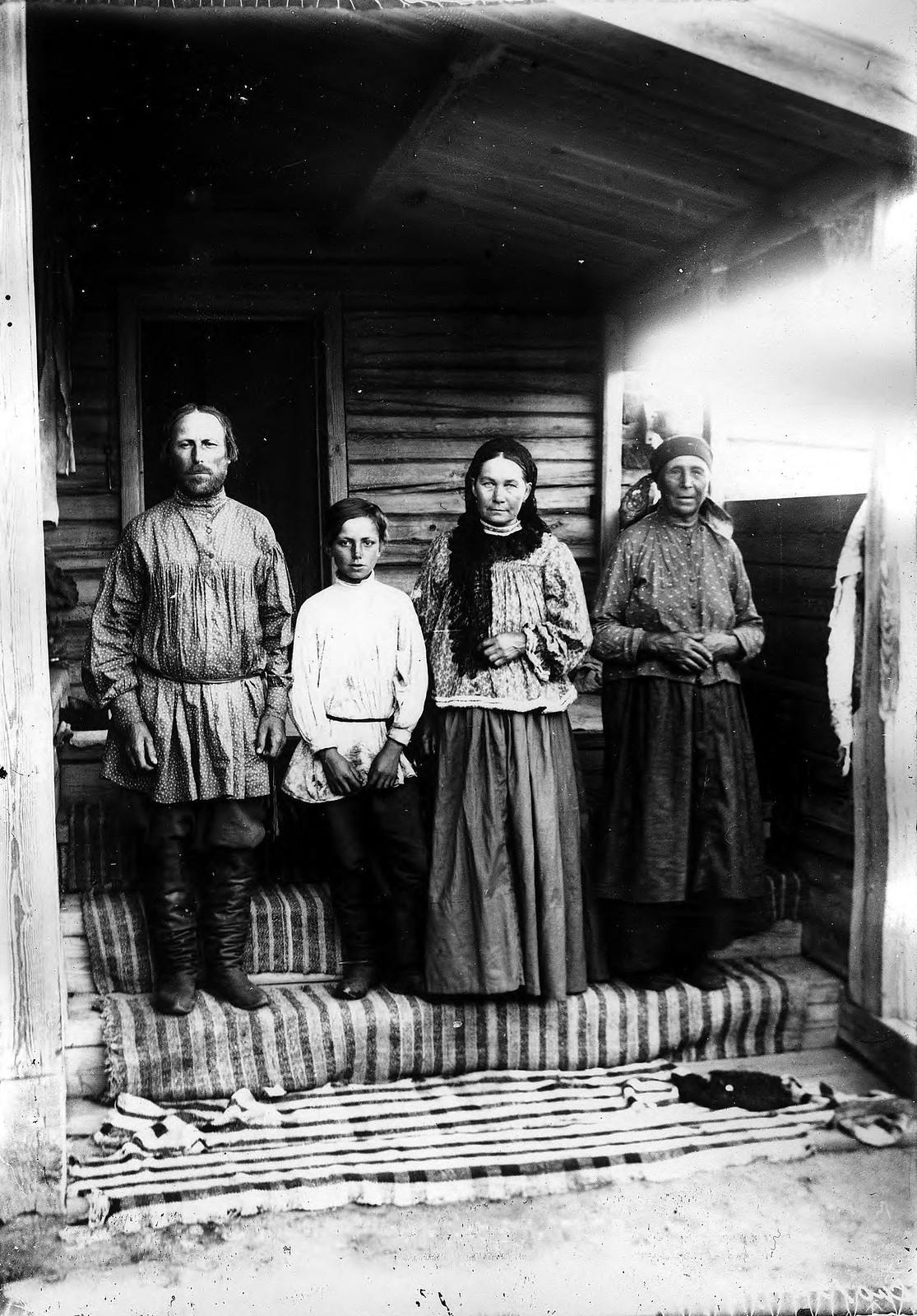 Крестьянская семья из деревни Ловатской Канского округа.
