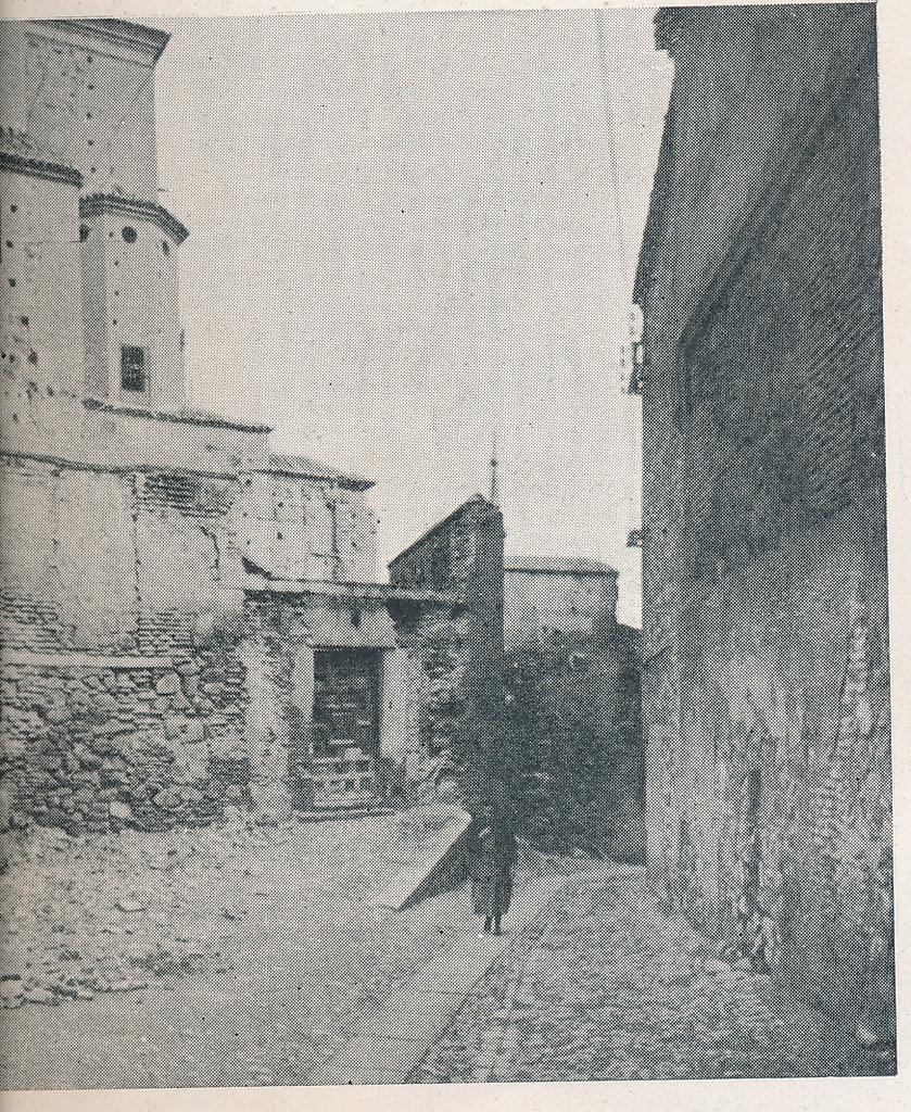 Calle de la Portería de la Trinidad junto al Convento de Santa Úrsula. Foto incluida en el Plan General de Ordenación de Toledo publicado en 1945 en la Revista Nacional de Arquitectura. Colección personal de Eduardo Sánchez Butragueño.