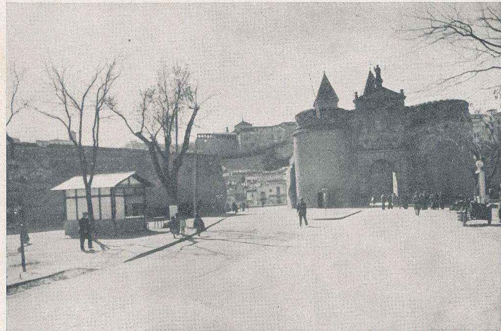Puerta de Bisagra. Foto incluida en el Plan General de Ordenación de Toledo publicado en 1945 en la Revista Nacional de Arquitectura. Colección personal de Eduardo Sánchez Butragueño.