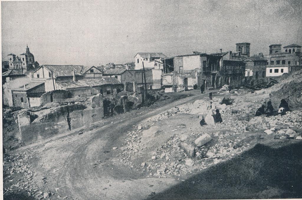 Zona del Horno de los Bizcochos junto al Alcázar. Foto incluida en el Plan General de Ordenación de Toledo publicado en 1945 en la Revista Nacional de Arquitectura. Colección personal de Eduardo Sánchez Butragueño.