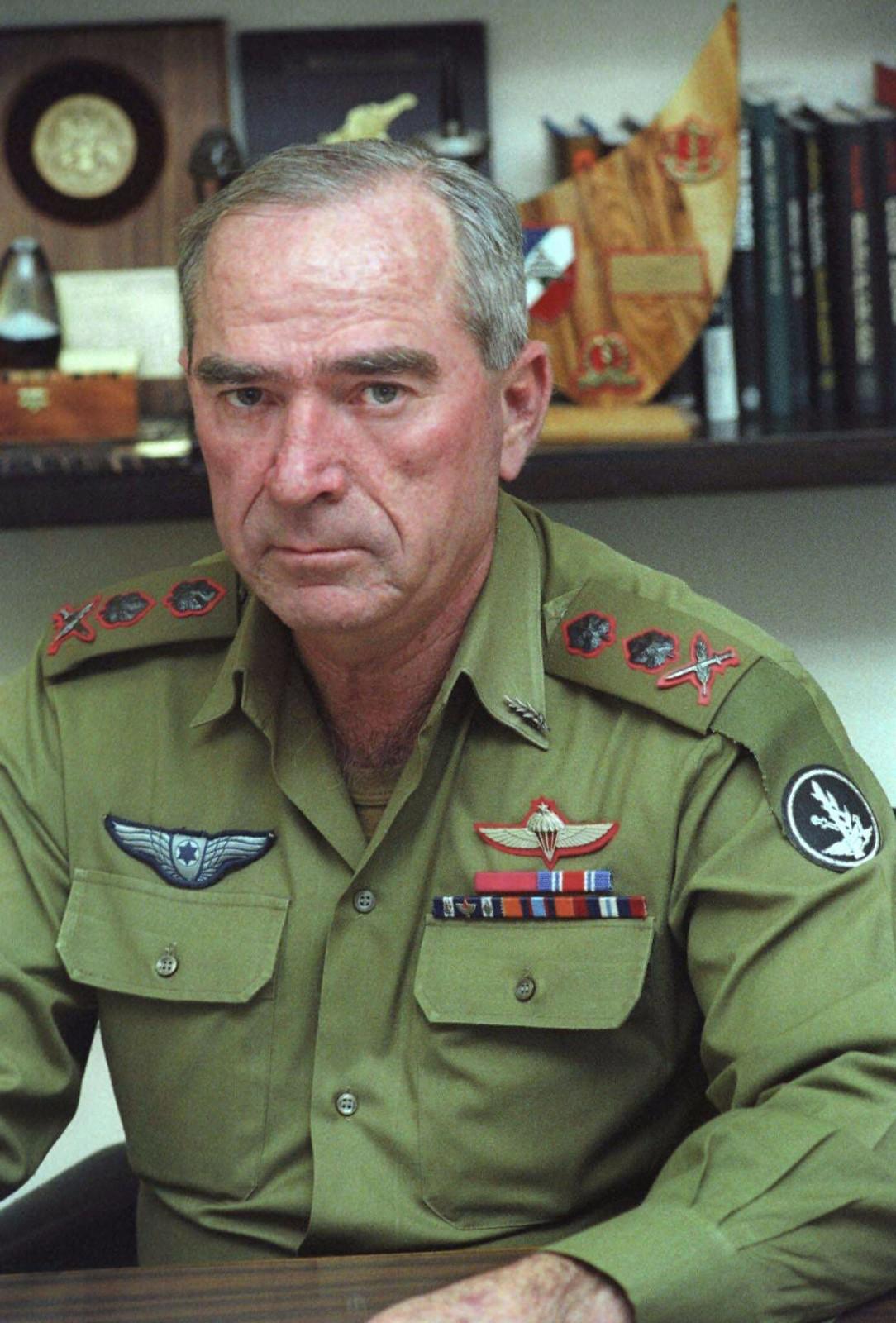 1983. Рафаэль Эйтан сидит в офисе в Тель-Авиве