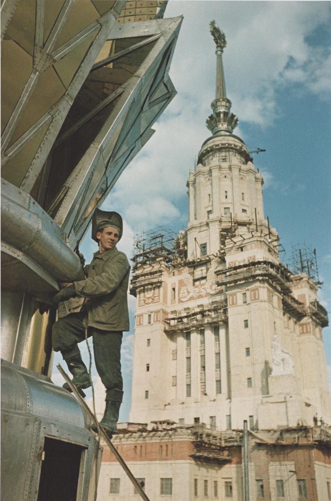 1952. МГУ на Ленинских горах. Сварщик-верхолаз.