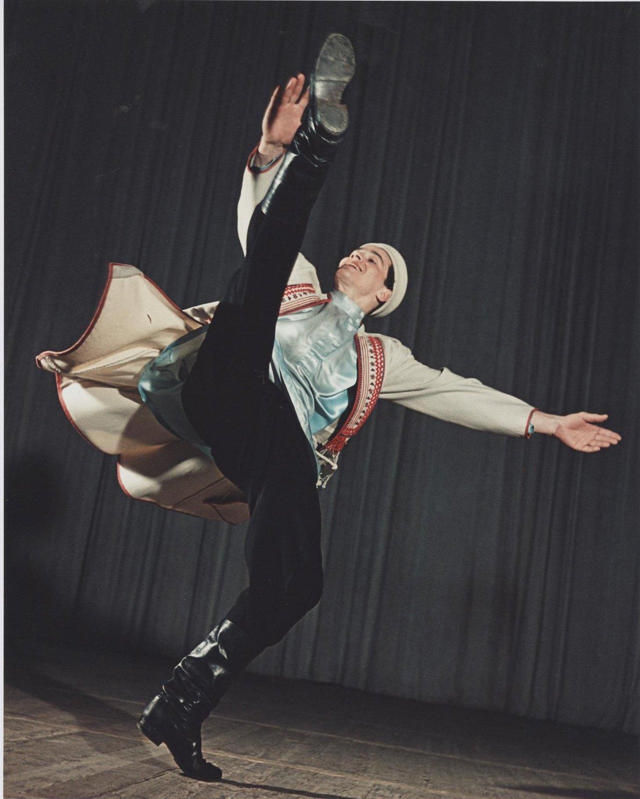 1950-е. Ансамбль народного танца СССР. Концертный номер «Русская сюита». Солист - Лев Голованов.