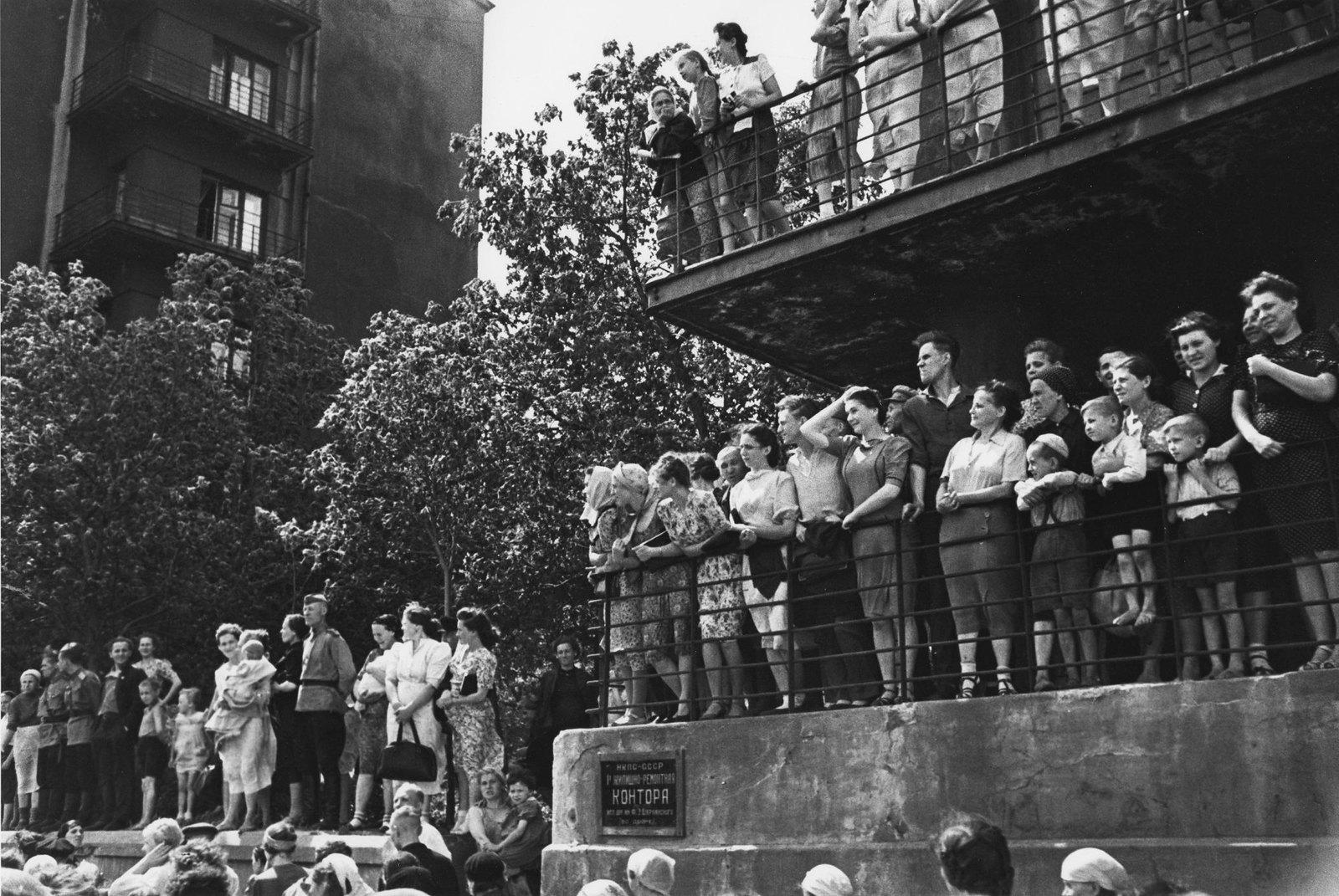 1944. Люди наблюдают за проходом колонны немецких военнопленных. 17 июля