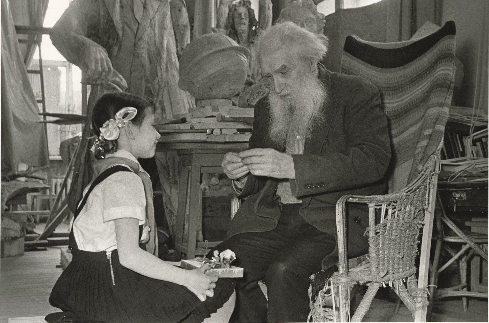 1957. Скульптор Сергей Коненков с внучкой